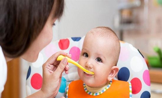 إحذروا.. الأطعمة النيئة والمكسرات تهدد حياة الطفل الرضيع