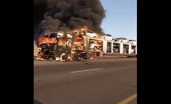 صور : احتراق رأس شاحنة و4 مركبات بالقرب من وادي رم
