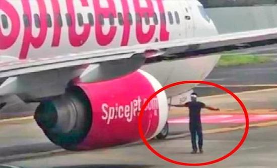شاهد: تصرف غريب.. تسلق جدار المطار ليتمشى بين الطائرات