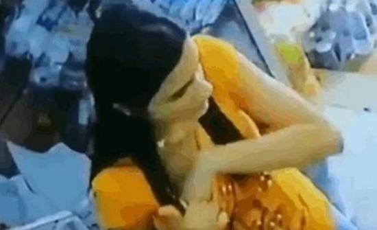 بالفيديو: سيدة تسرق متجر بطريقة احترافية والكاميرات تفضحها