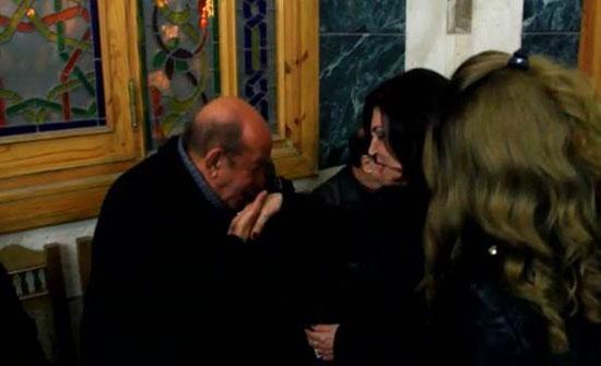 بالفيديو : لطفى لبيب يقبل يد نجوى فؤاد فى عزاء المخرج محسن حلمي
