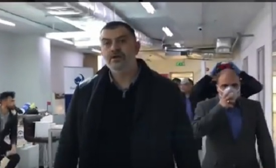 بالفيديو : شاهد كيف داهم وزير العمل مطبعة في عمان خالفت القرارات الحكومية