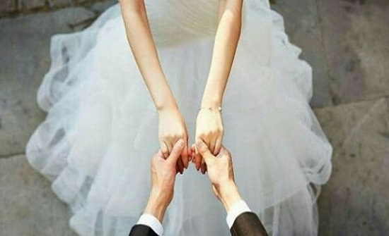 بدولة أجنبية  : عروس تضع أسرة عريسها في موقف محرج بحفل الزفاف لإسعاد أهلها