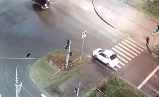 بالفيديو : شجار بين سائق تكسي ومخمور في اوروبا