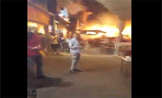 لحظة سقوط صواريخ القسام في تل أبيب ووقوع إصابات و هروبهم .. بالفيديو