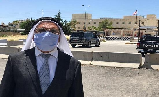 بالصور : النائب ابو محفوظ وحيدا امام السفارة الامريكية