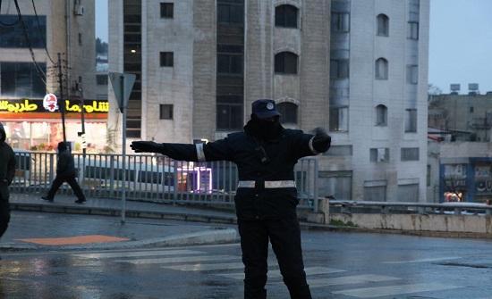 بالصور : رجال السير ينظمون حركة السيارات في شوارع المملكة