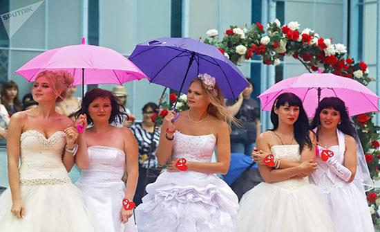 بالصور : رغم الرياح والأمطار...لا شيء يقف أمام العروس