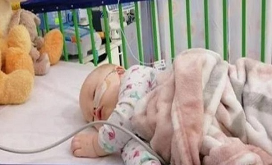 في بلد اجنبي : طفلة تصاب بجلطة ونزيف دماغي بعد تقبيلها