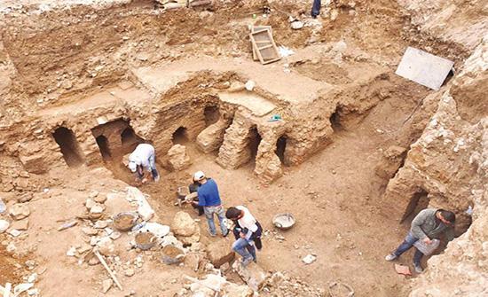 بدء تغطية وطمر الآثار المكتشفة في وسط البلد