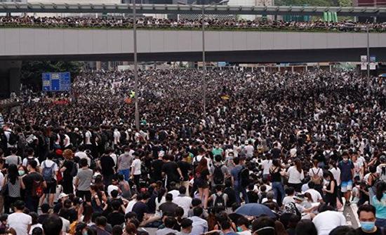 هونغ كونغ تعلن حالة الطوارئ وتحظر ارتداء الأقنعة