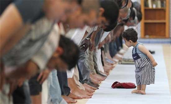 مشاعر جياشة لاستقبال صلاة التراويح في المساجد