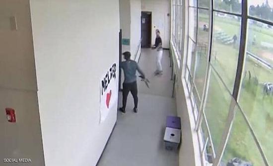 """فيديو : مدرب """"بطل"""" ينتزع سلاحا من يد طالب.. ويحتضنه في امريكا"""