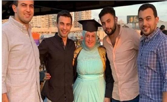 فخورين بيكي.. قصة مؤثرة لـ 4 شباب يحتفلون بتخرج والدتهم بعد طلاقها في مصر