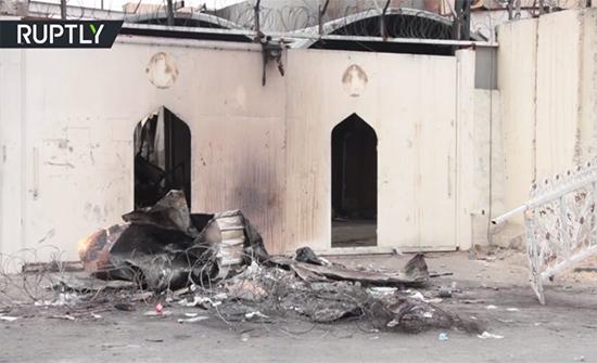بالفيديو : متظاهرون يضرمون النار في ضريح محمد باقر الحكيم بالنجف