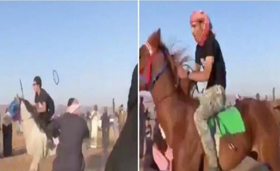 "شاهد : حصان مسرع يصطدم بـ""شاب"" بعد نزوله إلى ميدان سباق الخيل بـ""حائل"""
