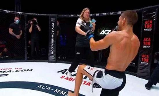 مقاتل يخطب حبيبته على الحلبة - فيديو