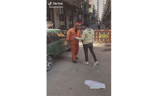 صور : شباب يضربون عامل نظافة بعد التنمر عليه في مصر