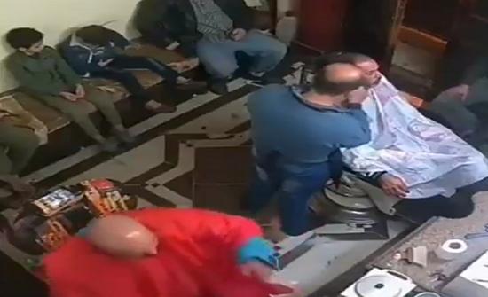 بالفيديو.. رجل يشعل النار في رأسه أثناء محاولة تعقيمها