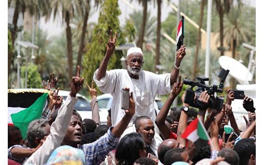 حشود تحتفل في الخرطوم بالتوقيع النهائي على الوثيقة الدستورية - فيديو