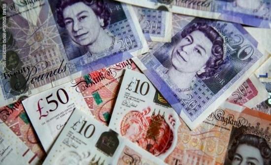 الاسترليني يتراجع امام الدولار واليورو