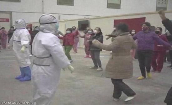 """""""رقصة كورونا"""" يؤديها المرضى في قاعات العزل... فيديو"""