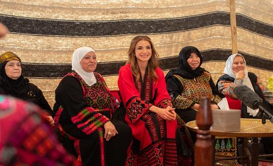 الملكة رانيا تلتقي مجموعة من سيدات بلقاوية عمان