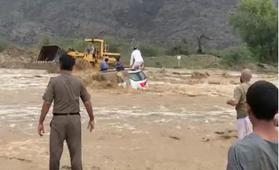 """بالفيديو : لحظة إنقاذ محتجزين في سيول وادي """"نيرا"""" بالسعودية"""