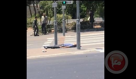 استشهاد فلسطيني وجرح  إسرائيليين اثنين في عملية طعن بالقدس .. بالفيديو