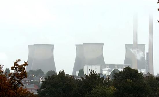 فيديو : تفجير تحت السيطرة يهدم أبراج محطة كهربائية في بريطانيا