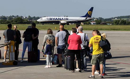 شركة طيران تترك ركابها 5 ساعات تحت الشمس وتطالبهم بدفع ثمن الطعام والماء!