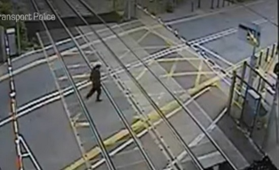 شاهد.. نجاة رجل بريطاني من موت محقق تحت عجلات القطار