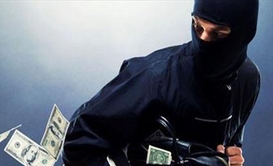 """""""اللص الأغبى"""".. شاهدوا ماذا فعل أثناء سرقته بنك (فيديو)"""