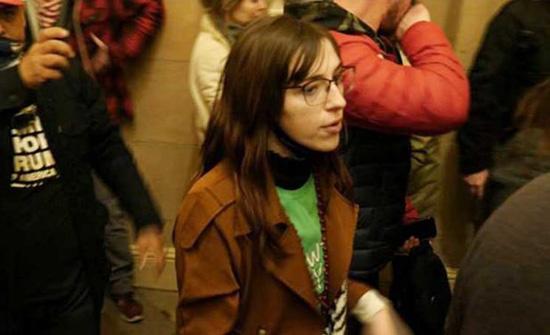 توقيف شابة من مقتحمي الكابيتول سعت لبيع حاسوب بيلوسي لروسيا- (صور وفيديو)