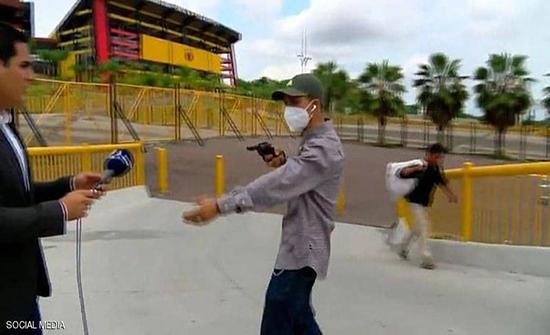 سرقة مراسل أمام الكاميرا خلال بث مباشر .. فيديو