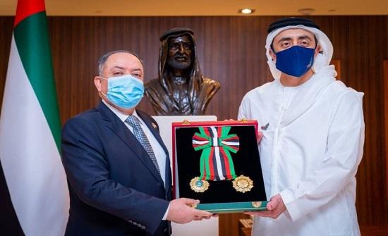 الشيخ خليفة بن زايد يمنح سفير الأردن في الإمارات وسام الاستقلال
