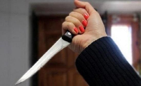تهز دولة عربية .. فتاة تطعن شابًا وتصيب آخر بجرح في يده