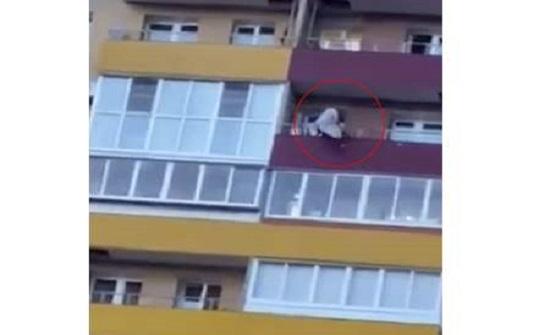 يحبس الأنفاس.. فتاة روسية تسقط من الطابق الـ14 ورجل يلتقطها