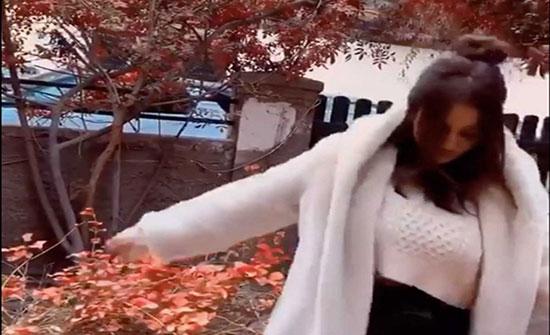 شاهد.. درة التونسية في وصلة رقص رغم الجو البارد!