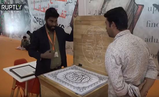 بالفيديو : خطاط هندي يأمل بتحطيم الرقم القياسي العالمي لأطول مصحف مكتوب بخط اليد