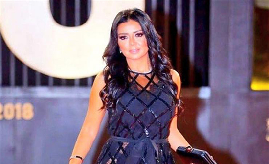 شاهد : رانيا يوسف بفستان مقلم مكشوف فى فعاليات القاهرة السينمائي