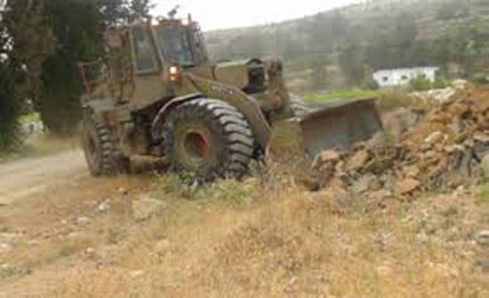 مستوطنون يعتدون على املاك فلسطينيين والاحتلال يجرف اراضي في نابلس