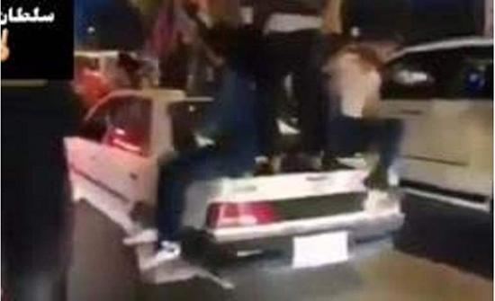 بالفيديو : متظاهر عراقي يطلب من الثوار تحطيم سيارته الإيرانية الصنع