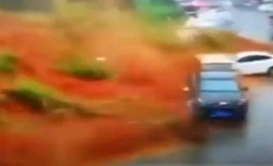 بالفيديو: انزلاق للتربة يبتلع موقف سيارات بالصين