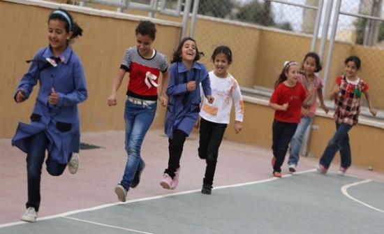 طلبة مدارس حكومية يلتحقون بالدوام