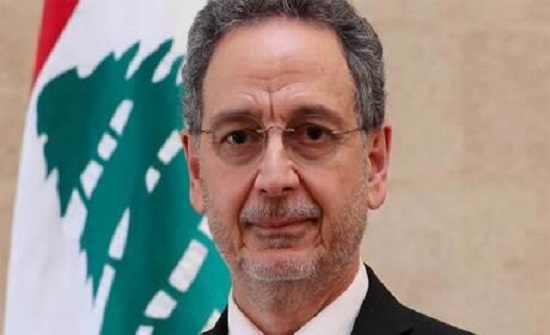 لبنان.. بكاء وزير سابق وخليفته يعطيه منديلا - فيديو