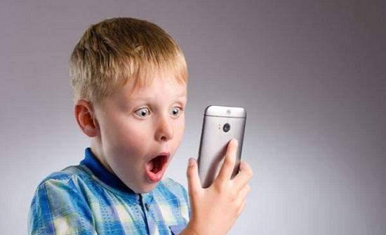 دراسة: أطفال بعمر 7 سنوات يشاهدون الأفلام المخلة على الانترنت