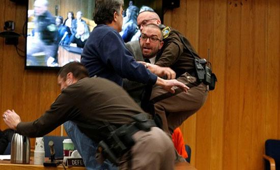 أب يعتدي على طبيب متهم بالتحرش ببناته في قاعة محكمة.. فيديو