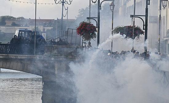 بالفيديو : ناشطون غاضبون يتظاهرون ضد قمة السبع في فرنسا
