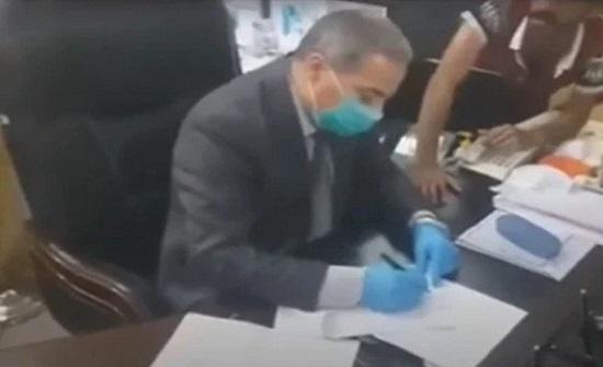 متظاهرون عراقيون يجبرون مسؤولا في الصحة على الاستقالة بعد اقتحام مكتبه .. بالفيديو